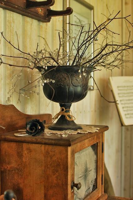 Takorautainen ruusu ja peltinen kukkaruukku - Muonamiehen mökki