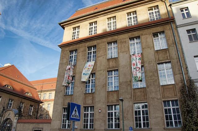 Baustelle Banner gegen Baulärm, Pettenkofer-Grundschule, Pettenkoferstraße 20, 10247 Berlin, 07.01.2014