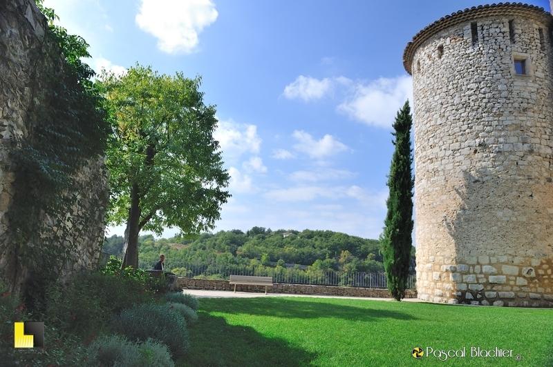 valérie blachier fait une pause dans le jardin suspendu du château de Vogüé photo blachier pascal