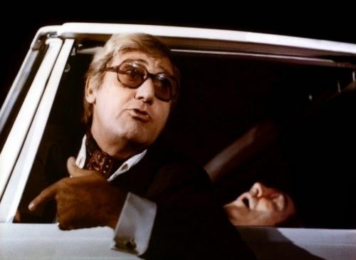 Alberto Sordi au volant d'une voiture dans Les Nouveaux monstres, de Dino Risi (1978)