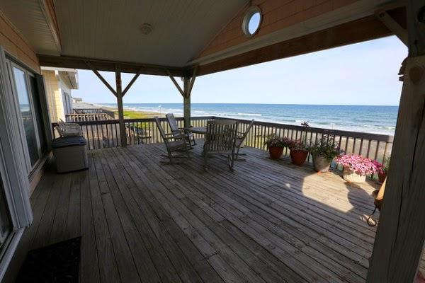 Strandhaus mit grosser Terrasse mit Zugang zum Meer
