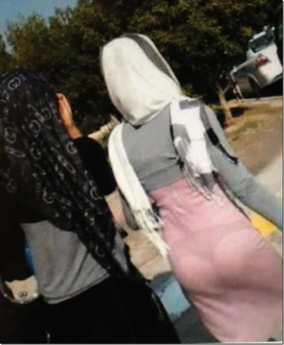 Gila..!! Perempuan Ini Mengenakan Kerudung Tapi Gaunnya Transparan