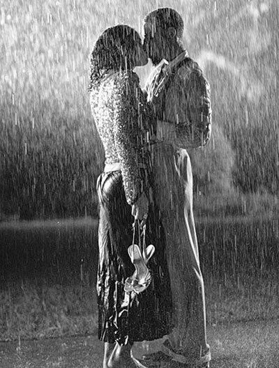 Hôn nhau dưới mưa thật lãng mạn