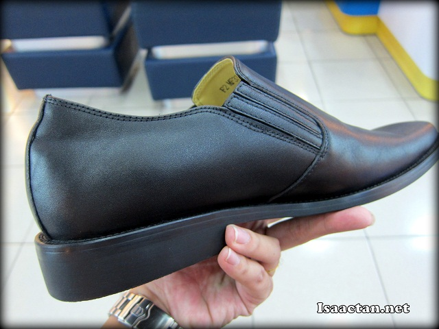 Simple yet really classy black leather shoe for all purpose