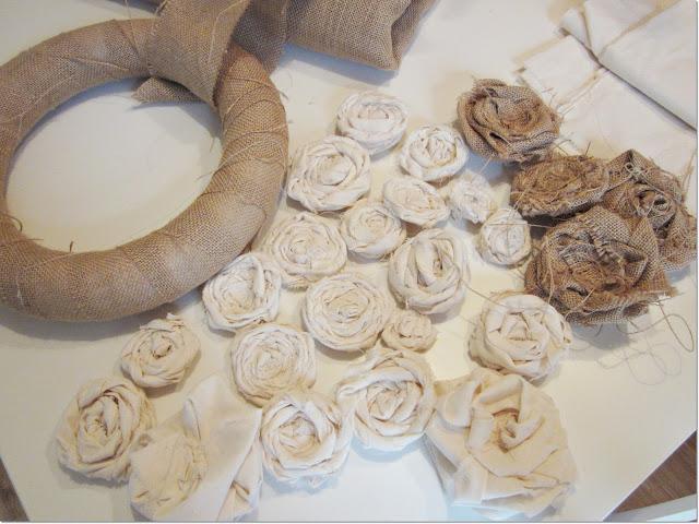 flores cortando tiras de diferentes anchos ya que no las quera todas iguales de tamao y fui enrollando sobre s misma la tela para realizar la rosa