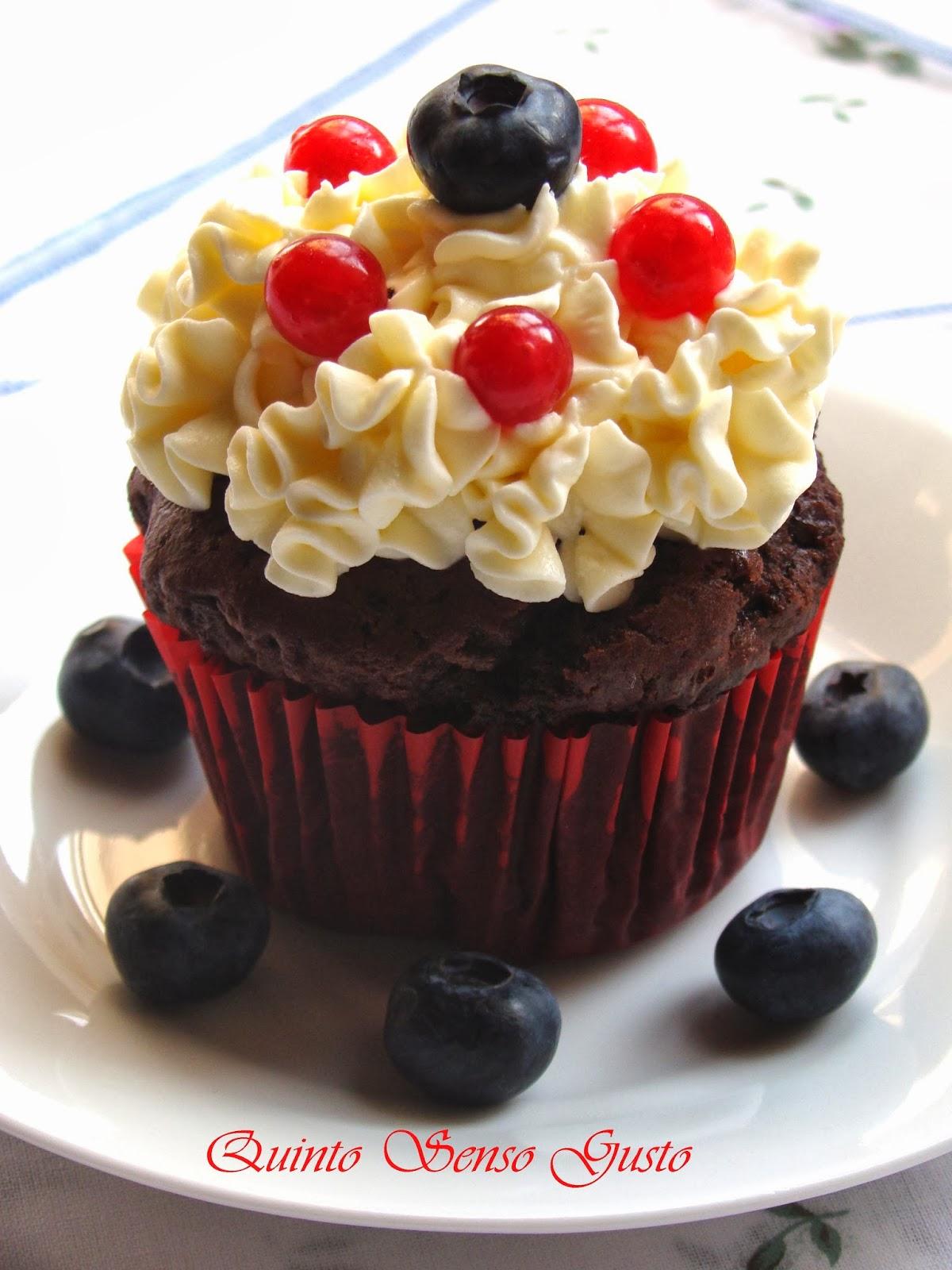 cupcake al cioccolato amaro con crema al mascarpone e vaniglia ai mirtilli e ribes