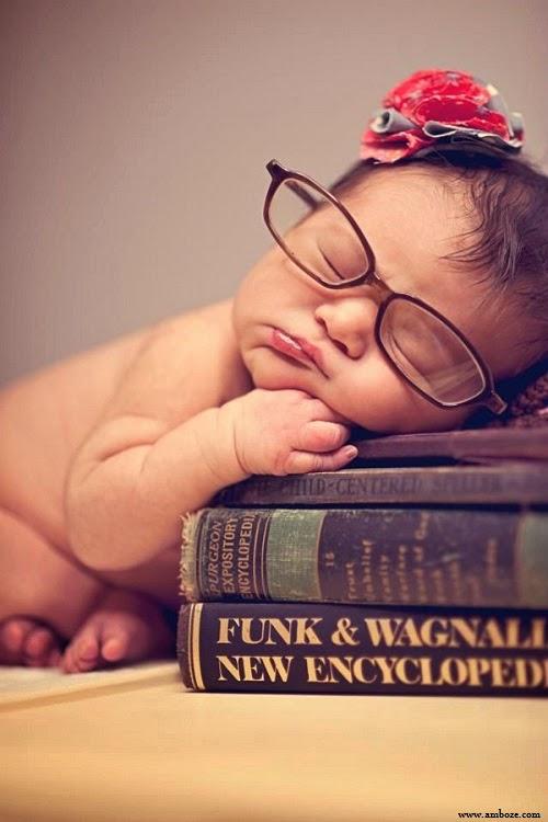 Bébé drôle avec lunettes