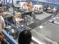 In zare, unul dn roverele care au fost pe Luna; in apropiere, noul prototip de robot umanoid