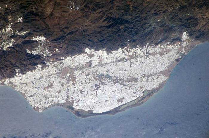 Spanish city of Almeria has turned into the largest greenhouses are concentrated in the world, who took almost 26,000 hectares. Every year several thousand tons are grown greenhouse vegetables such as tomatoes, peppers, cucumbers and zucchini.