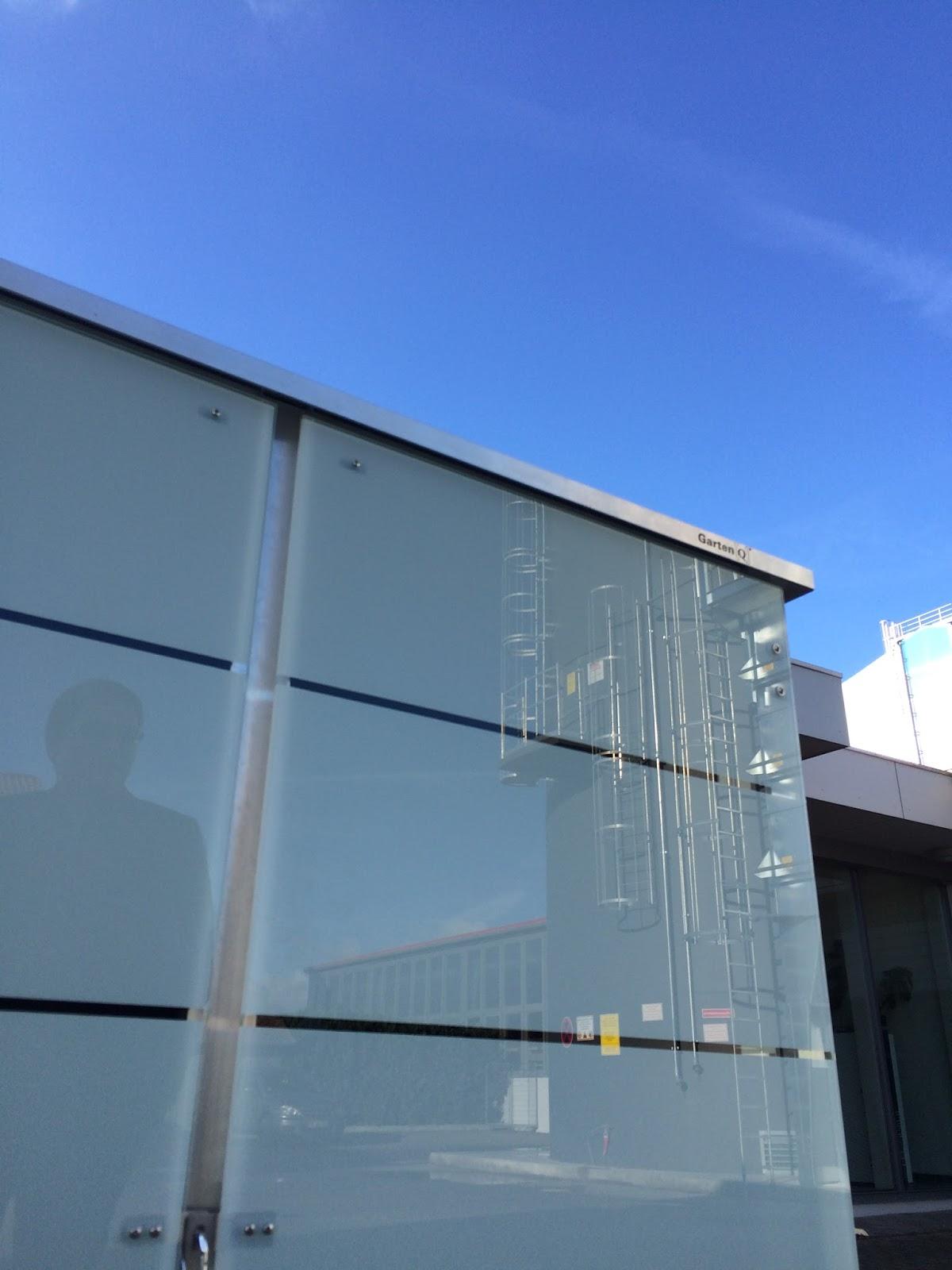 Modernes Gerätehaus mit Glasverkleidung