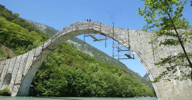 ΤΖΟΥΜΕΡΚΑ:Ξαναχτίζεται το Γεφύρι της Πλάκας!