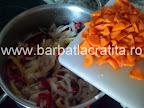 Tocanita de pui preparare reteta - punem morcovul taiat bucatele relativ mici