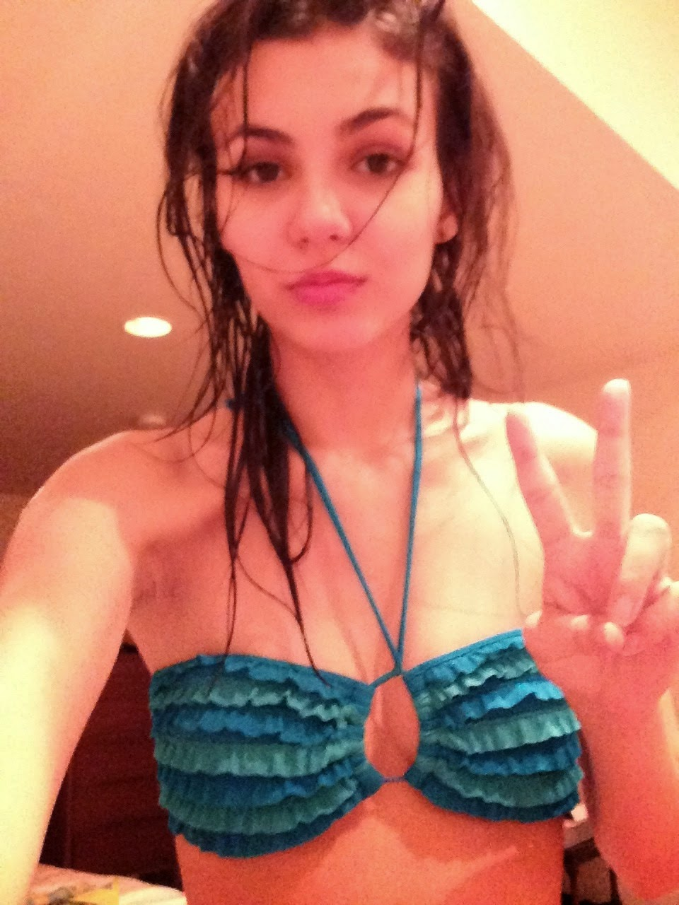 Victoria Justice Topless Photos Hacked iPhone And Leaked images
