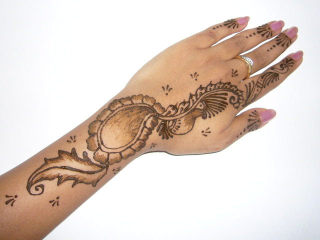 Beautifull and latest mehndi design dresses design for gilrs 2012 - Mehndi Finger Designs