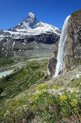 El Monte Cervino es la montaña más conocida de los Alpes por su espectacular forma de pirámide y se encuentra a unos 64 km al este del Mont-Blanc.