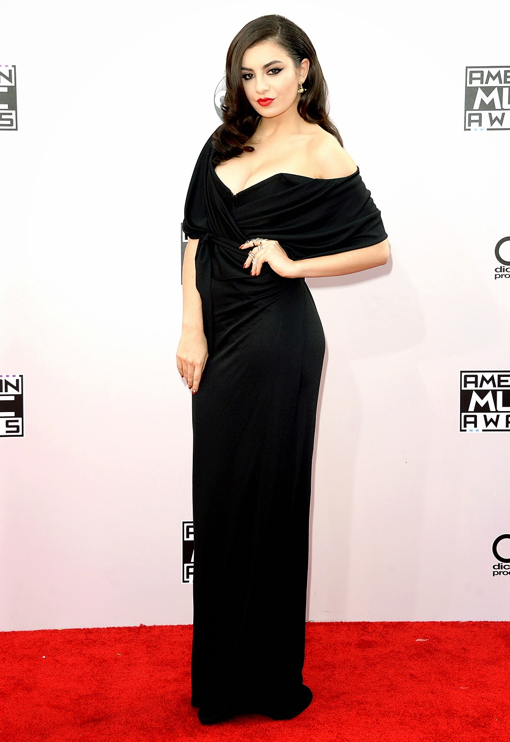 Charli XCX - 2014 American Music Awards - Red Carpet