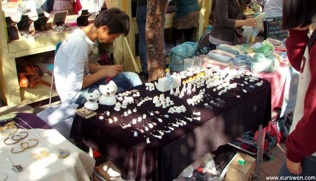 Vendiendo figuritas en el Free Market de Hongdae