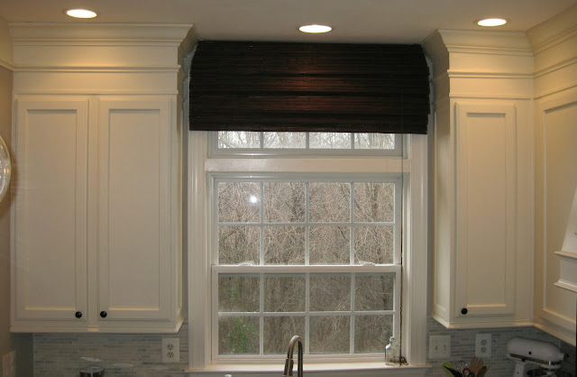 Remodelando la casa adding moldings to your kitchen cabinets for Attaching crown molding to kitchen cabinets