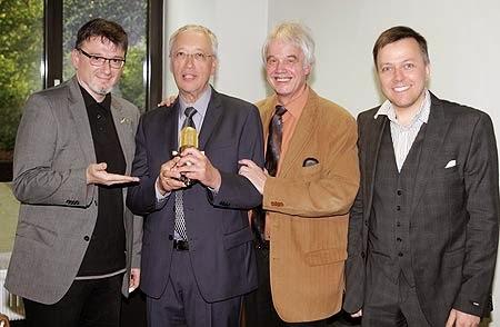 """Dieter Pfarre (2. von links) erhielt jetzt das """"Goldene Mikro des RuhrstadtStudios"""". Christian Lukas, Michael Winkler und Marek Schirmer (v.l.) gratulierten ihm dazu. (Foto: JMG/EVK)"""