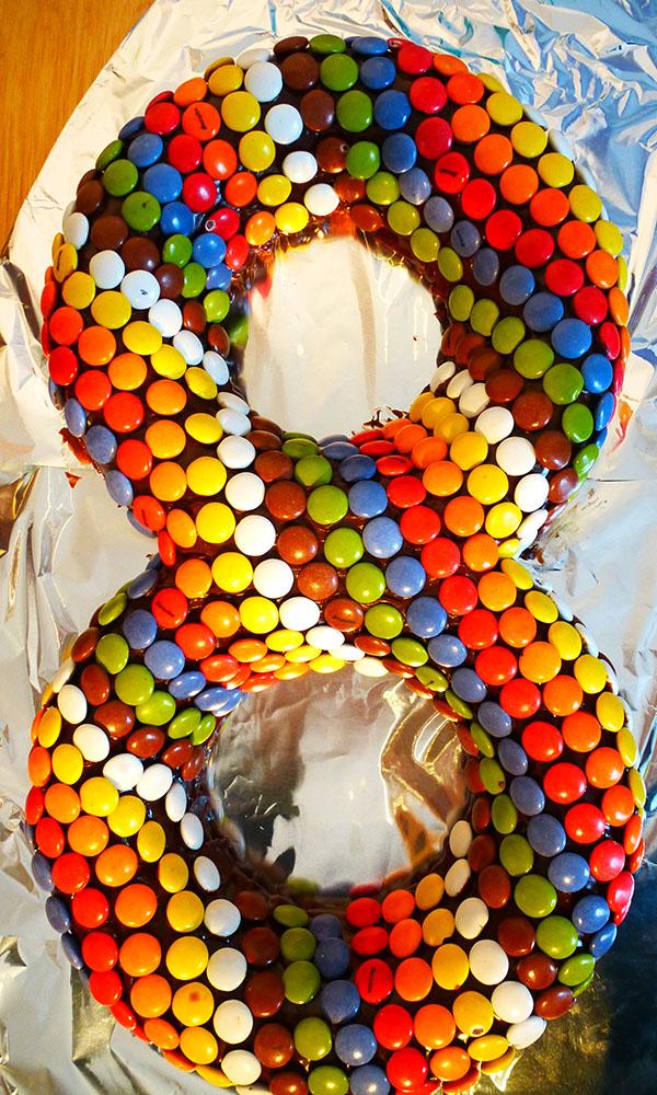 SimpelMens: Zelf verjaardagstaart maken voor kinderfeestje Smarties Taart