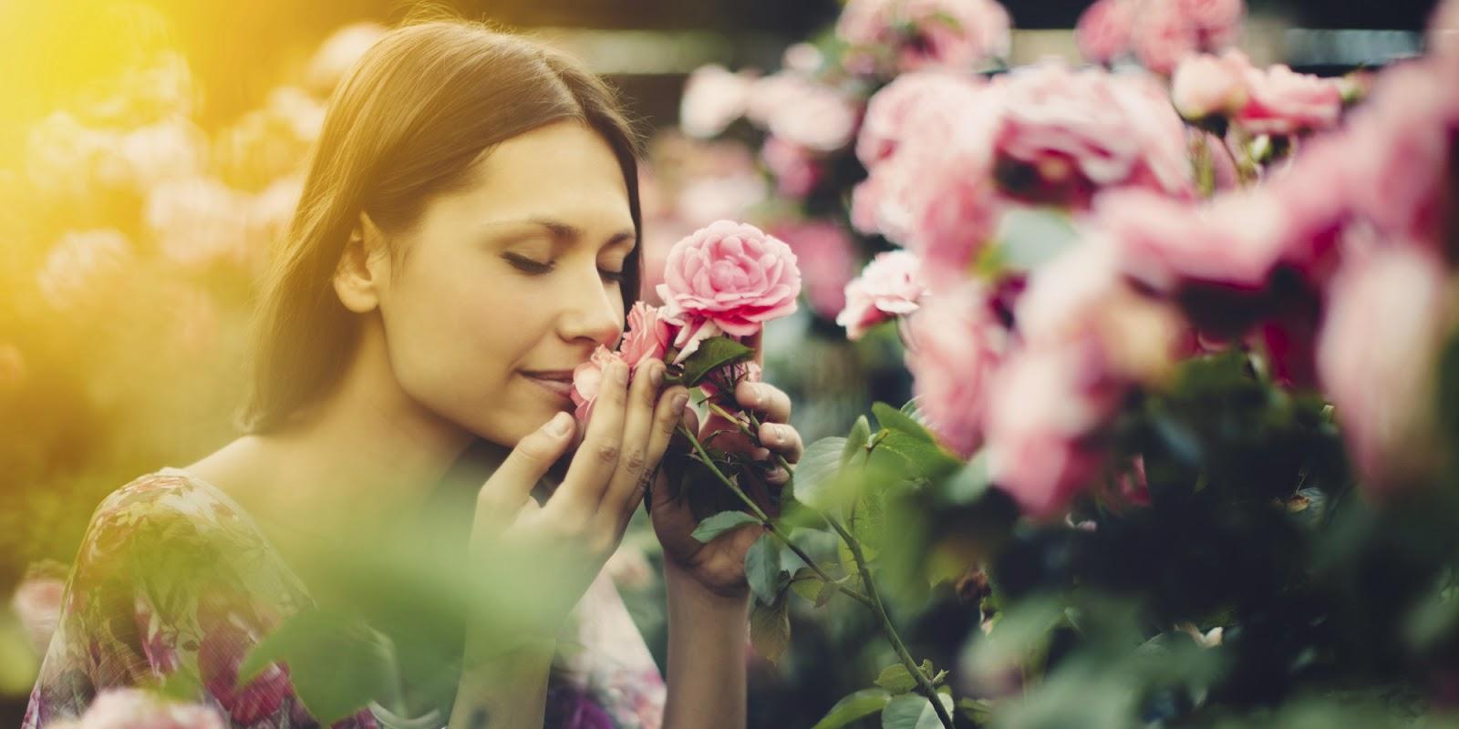 mujer-oliendo-rosas