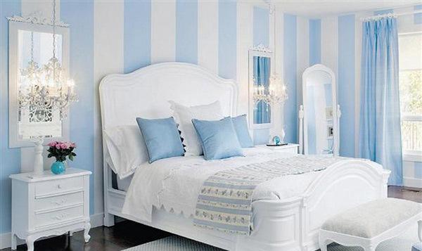 Kamar Tidur dengan Desain Dinding Garis-Garis