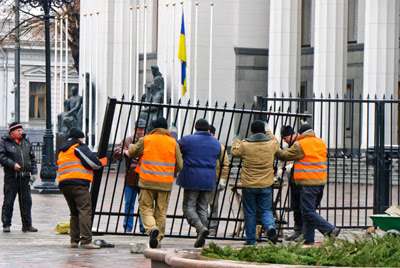 Фото Укринформ: забор-неваляшка