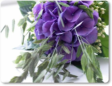 blå hortensia, gräs i blomsterbuketter, gräs i blomsterarrangemang
