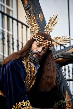 VIII Estación. Jesús es ayudado a llevar la Cruz