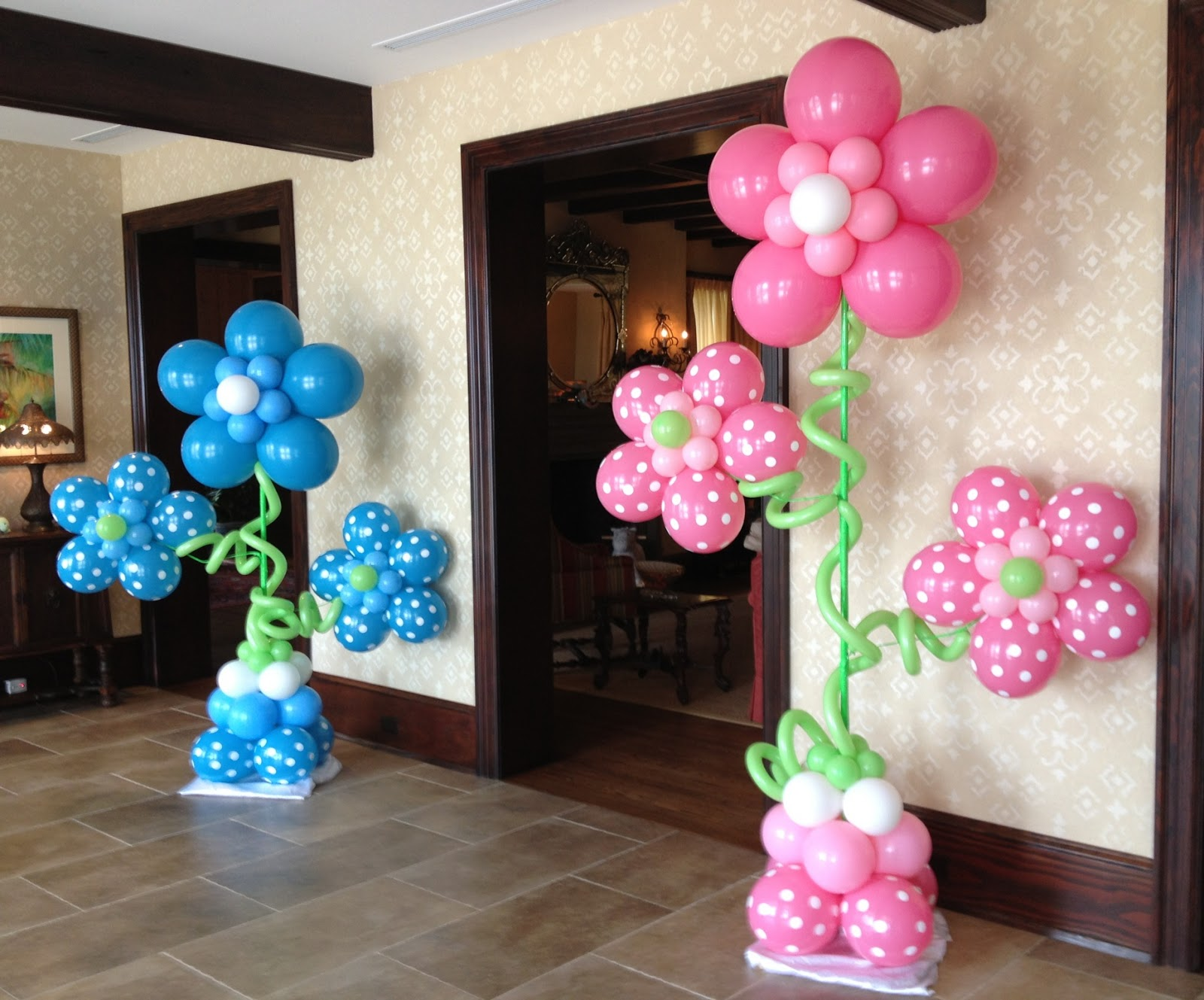 Balloon centerpieces party favors ideas for Baby birthday decoration ideas