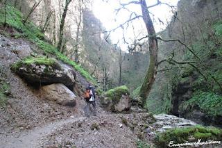 Camino que conduce a la cascada de Kakouetta.