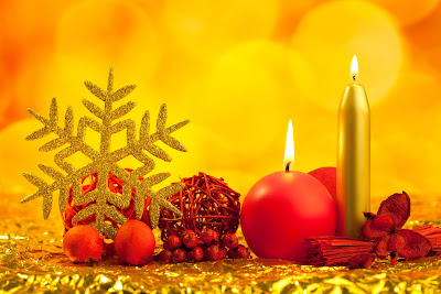 Adornos navideños y velas encendidas para Navidad