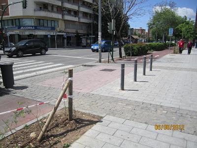 Vista de paso de peatones con  señalizaciones táctiles en pavimento
