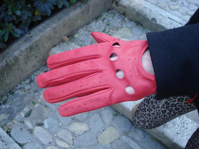 guanti pelle rossi, guanti pelle, guanti fashion, Leggings maculati, fashion blogger roma, fashion blogger, sciarpa rossa, ugg short, leopard leggings, alessia agosta design