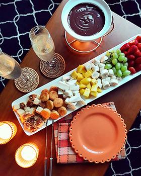 Fondue de chocolate com frutas e outras guloseimas