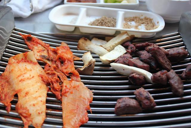 Parrilla con galmaegisal con kimchi y setas
