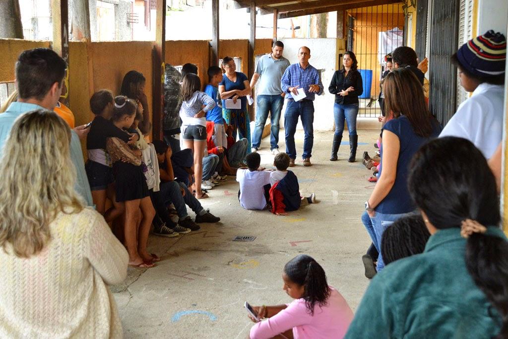 Secretário de Meio Ambiente André de Mello conversa com as crianças do Lar Tia Anastácia sobre o trabalho de reciclagem