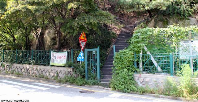 Camino de subida a la montaña Inwangsan