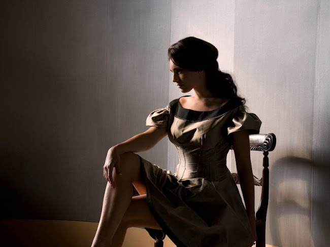 Kelly Brook glamorous sitting in a chair image