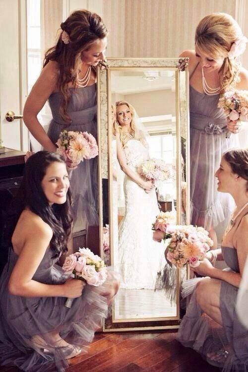 madrinha e noiva refletida no espelho