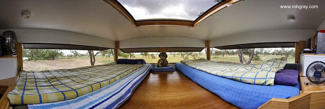 Interior de casa móvil instalada arriba de un camión en Australia