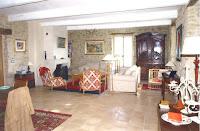 Le grand salon, sa cheminée et ses canapés où plus de douze personnes peuvent se tenir autour de la table basse