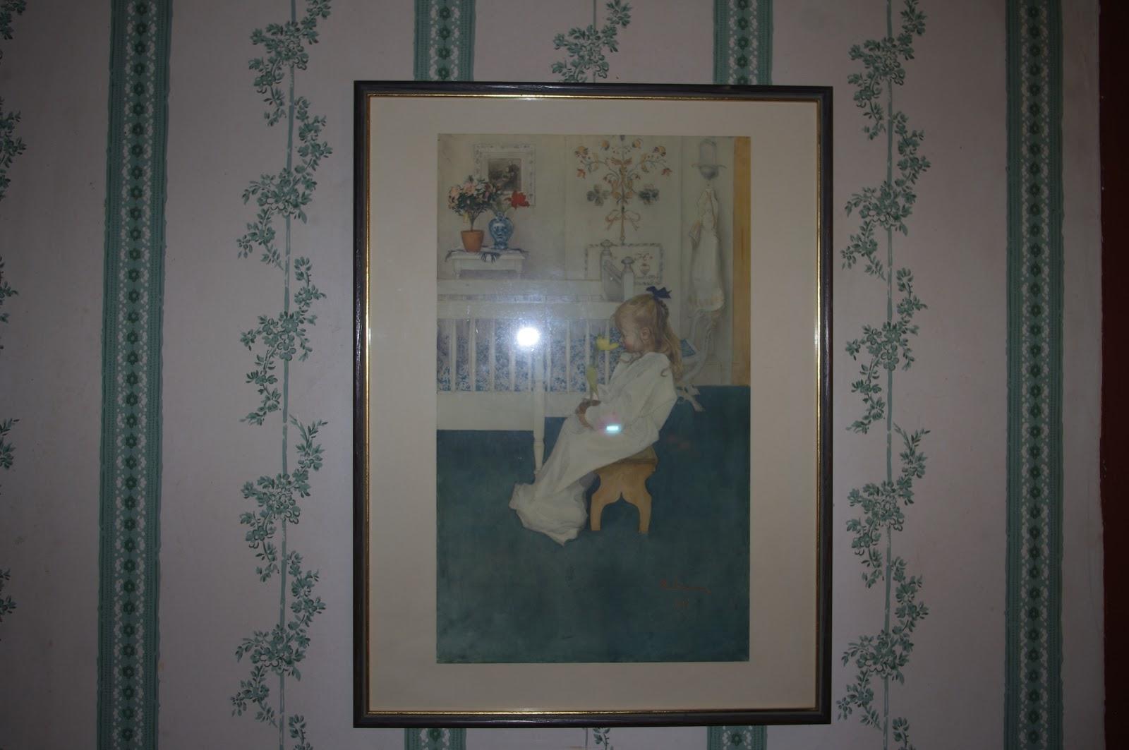 Mormorsfint: vardagsrum med pelargoner i fönstren