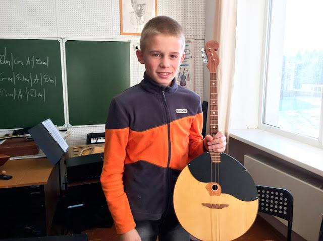 Воспитанник детского дома-интерната в Топоркове с подаренным группой «Яки» инструментом.