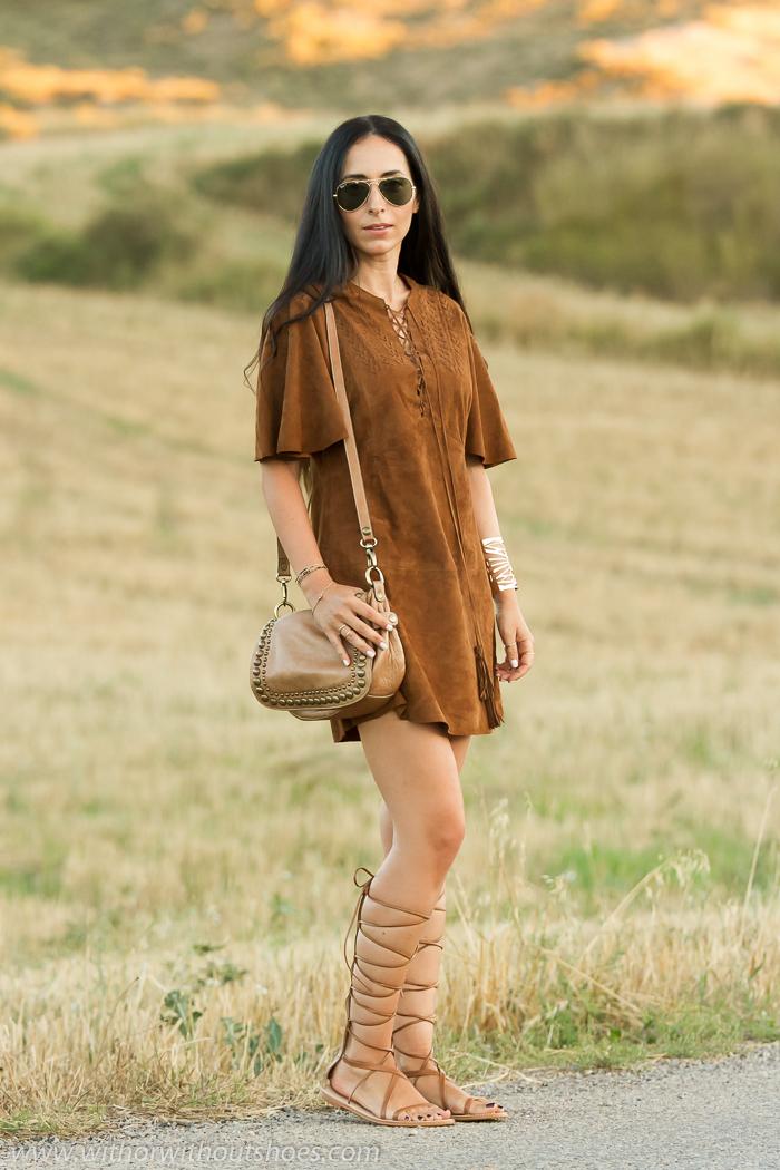 Outfit estilo boho tribal folk hippie con vestido de ante marron tipo pocahontas de Zara Studio y sandalias romanas gladiadoras