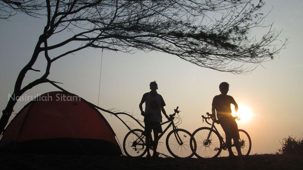 Siluet sepeda dan tenda, indah bukan?