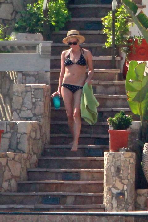 Ashlee Simpson's Bikini Fun !