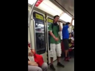 pastor predica en el metro de una forma muy especial