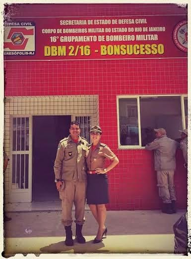 Estudante de Ciências Biológicas do UNIFESO, capitão Ian Manso com sua esposa 1° tenente Pâmella Manso