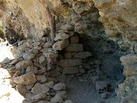 Restes de l'antiga construcció de la Cova del Cargolaire